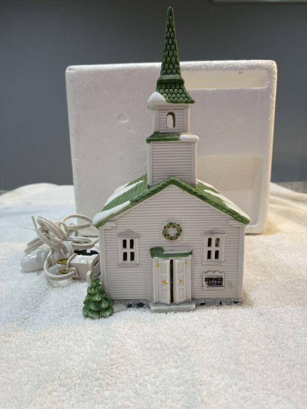 DEPT 56 6530-7 NEW ENGLAND VILLAGE  STEEPLE CHURCH    With Box & Light