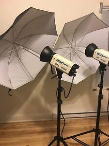 Ensemble de flashes photo avec parapluies et trépieds