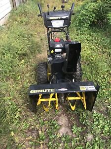 Briggs and Stratton brute snow blower like new