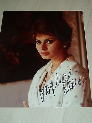 A GREAT PHOTO OF SOPHIA LOREN SIGNED COLOUR PHOTO APPROX 8X10
