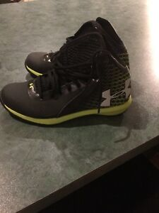 Under armor size 4 youth basketball shoes