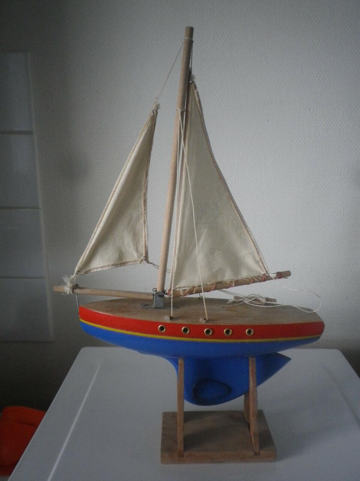 Ancien canot bateau voilier de bassin bois, boat