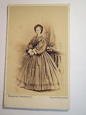 Dessau - Wasserstadt - in Kulisse stehende Frau im Reifrock - Portrait / CDV