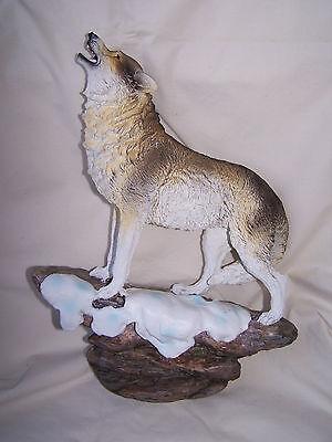 Wolf stehend auf einem Felsen im Schnee  * 32 cm hoch *