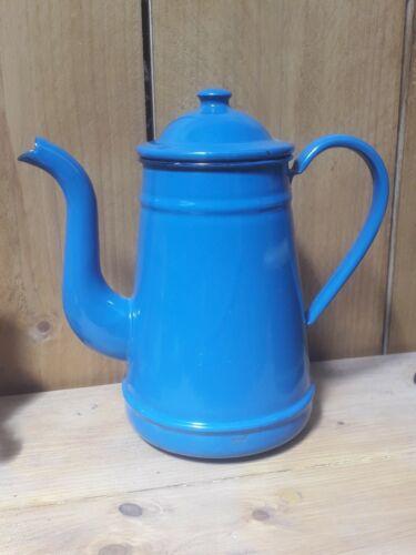 Ancienne cafetière émaillée bleue.