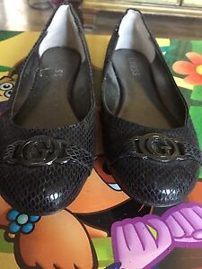 Guess size 7.5 black flats