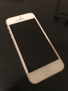 Mint Condition 64G White iPhone 5 w/ Wireless Charging Dock