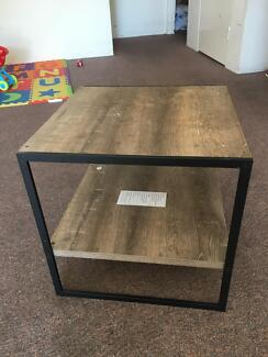 Bed side table or coffee table for 10$