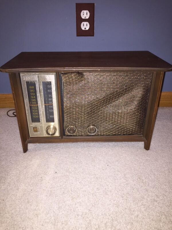 Zenith Table Top Radio Model N731 Works Nice Condition A7