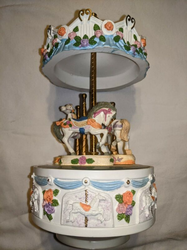 Working carousel. 3 horse music box