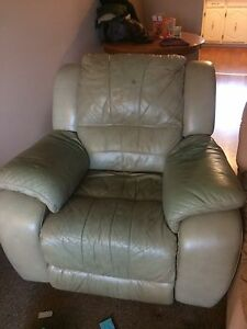 Leather recliner freeeee for pick up