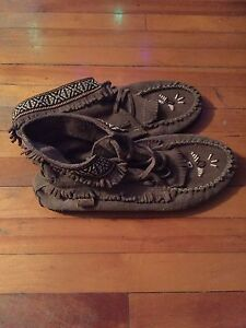 WOMENS MOCCASINS SIZE 9