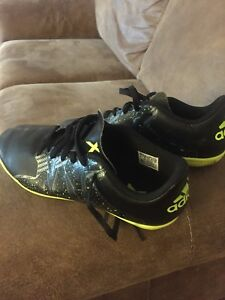 Youth indoor soccer shoes