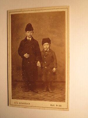 2 stehende kleine Kinder mit Mütze - Junge Brille / CDV D. L. Schröder Bremen