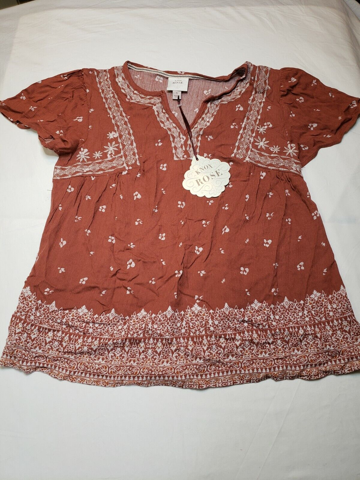 Knox Rose Rust Red Short Sleeve V Neck Blouse Size S Gorgeous Accents Trendy Fun - $13.99