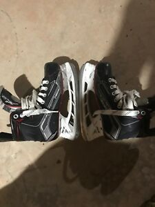 Pair of Bauer vapor skates for sale