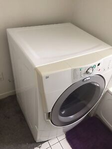 Sécheuse frontale Whirlpool front load dryer.