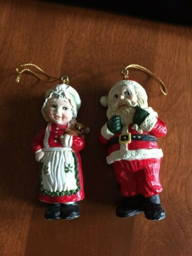 PAIR OF HOLIDAY MEMORIES COLLECTOR ORNAMENTS SANTA & MRS CLAUS   MACAO