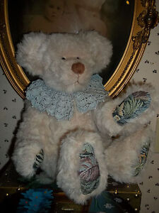 Heart-Hug-Artist-Bear-Fully-Jointed-Dresssed-w-crocheted-Collar-Hump-Back-18-in