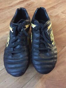 Umbro boys size 7 steel cleats