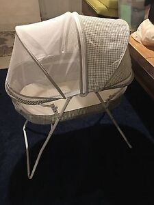 Baby bassinet with zippered screen