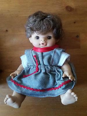 Antike Puppe Paola Reina Plastikpuppe Vollplastik Hartplastik Vinyl Kleidung  ()
