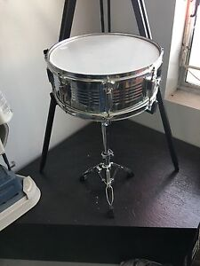 Nice snare drum with stand good condition 75$