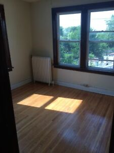 SPACIOUS 1 BDRM NEAR UOFW $725 INCLUSIVE - AVAILABLE FEB 1