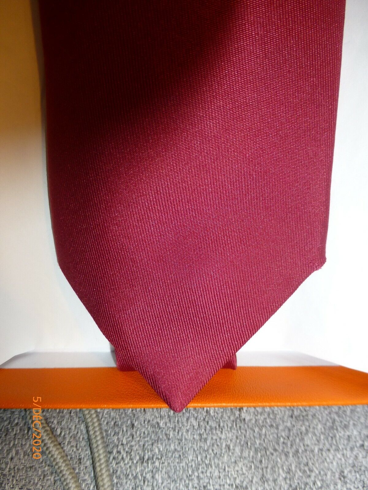 Cravate hermès, couleur lie de vin, bordeaux