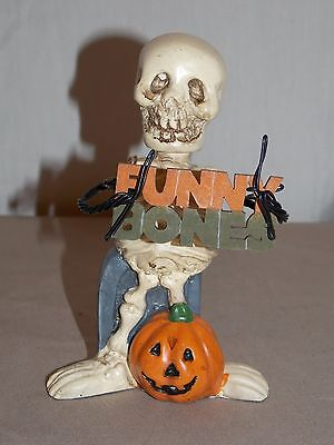 NEW HALLOWEEN GRINNING SKELETON & GRAVESTONE HOLDING A FUNNY BONE SIGN FIGURINE (Funny Gravestones Halloween)