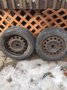 Deux pneus d'été sur jantes 185/65/14