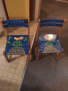 Deux chaise en bois pour enfants