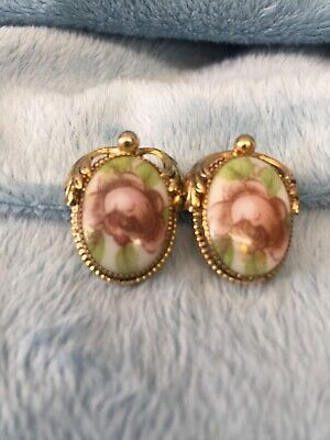 Vintage Signed Whiting &Davis Co. Porcelain Clip Earrings Eith Gold Tone.