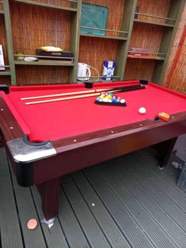 6 Ft Pool Table Complete With Balls And 2 Ques