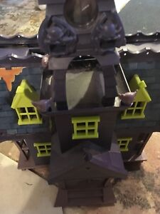 Scooby doo house, mystery machine , castle and figurines