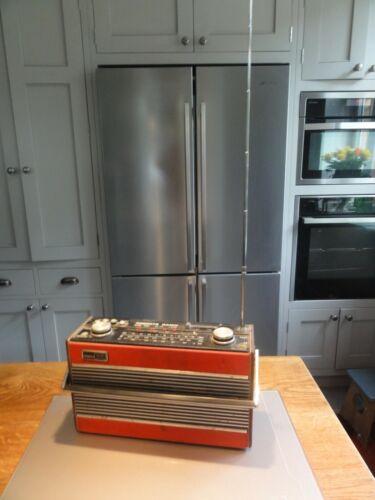 Vintage Red Roberts Radio R800