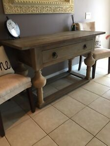 Beautiful Elte console table