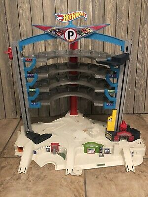 2015 ULTIMATE Mattel Hot Wheels Garage Playset 36 Parking Place 8 Play Zones
