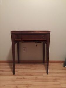 Little table/sewing machine (doesn't work)