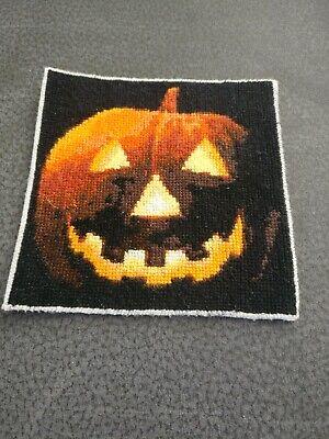Handgefertigtes Stickbild mit süßem Halloween Motiv eines Kürbiskopfes