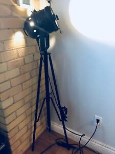 ORIGINAL VINTAGE INDUSTRIAL STAGE LIGHT TRIPOD SPOTLIGHT LAMP