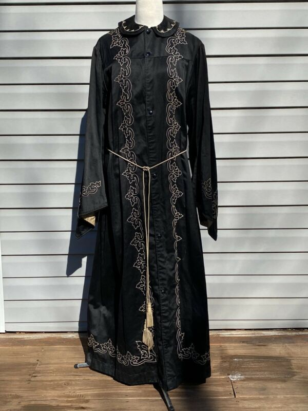 ANTIQUE ODD FELLOWS Black Robe Ward Stilson Co.  Scene Bearer REGALIA NEAR MINT!