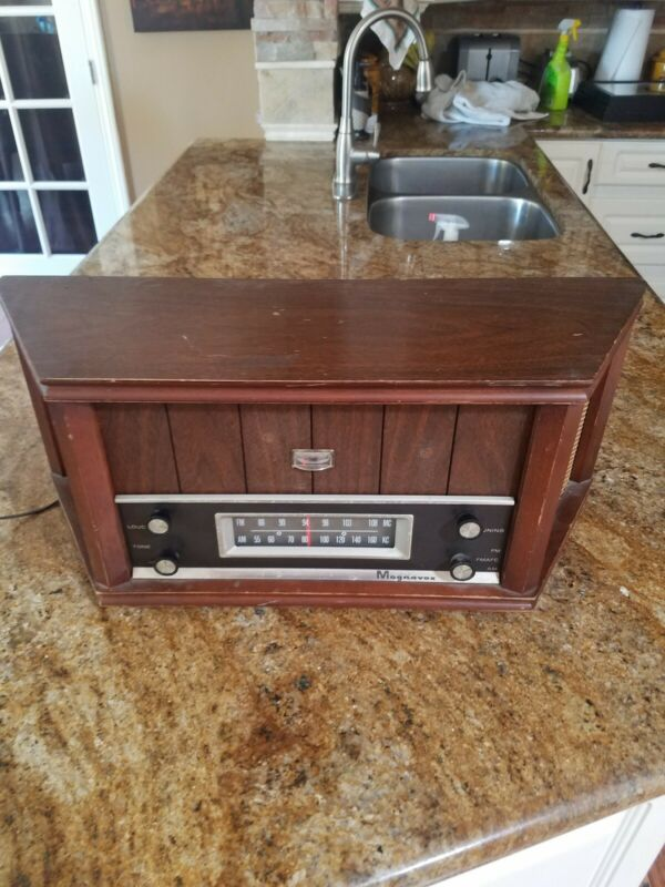 Vintage Magnavox MODEL ofmo 22 TUBE  radio