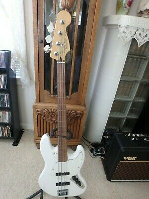 Fender MIM Fretless Jazz Bass With Fender Tweed Hard Shell Case & Free Shipping.