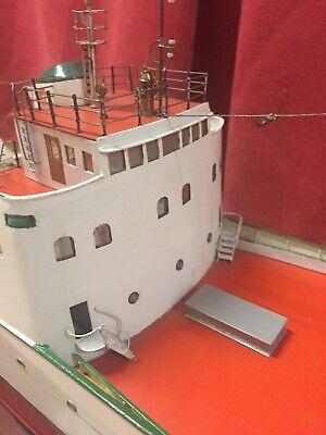 Barco De Arrastre A Escala