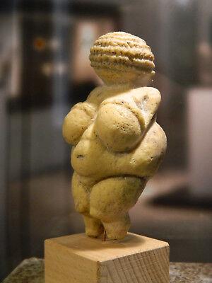 Venus von Willendorf  (ORIGINALGRÖSSE) - 24.000 - 22000 v. Chr. - inkl. Ständer