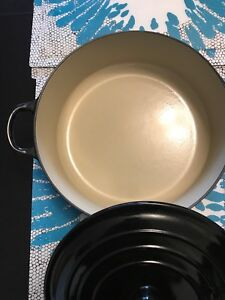 Le Creuset 3.5 quart wide round French Oven