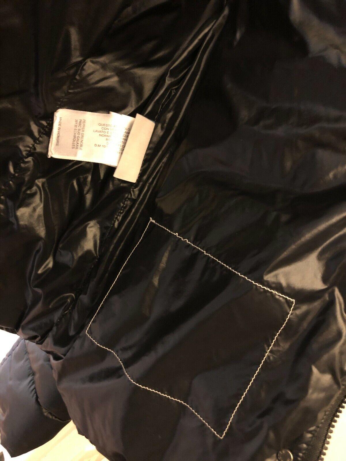 Authentique doudoune moncler femme taille 1 de couleur noir avec bandes blanches