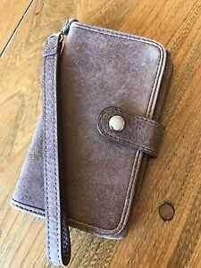 Roots tribe iPhone 5 wristlet with 4 credit card holder.