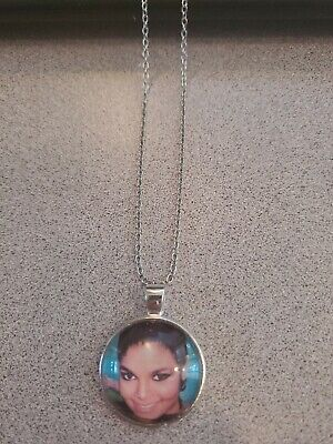 JANET JACKSON SINGER UNISEX SILVER PENDANT NECKLACE ADULT / KID NEW ORGANZA BAG